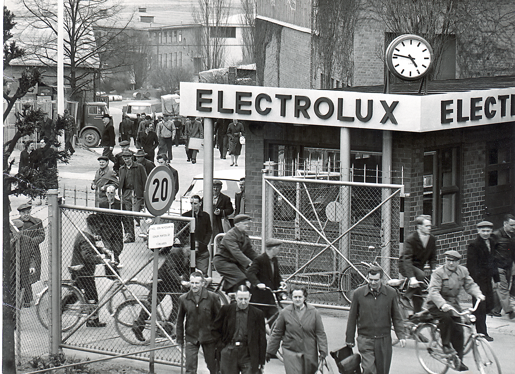 Electrolux, Dometic, Company, Factory, Work, Workers, Employees, Black and White, History, Old, Bicycle, Bike, 1925, Outside