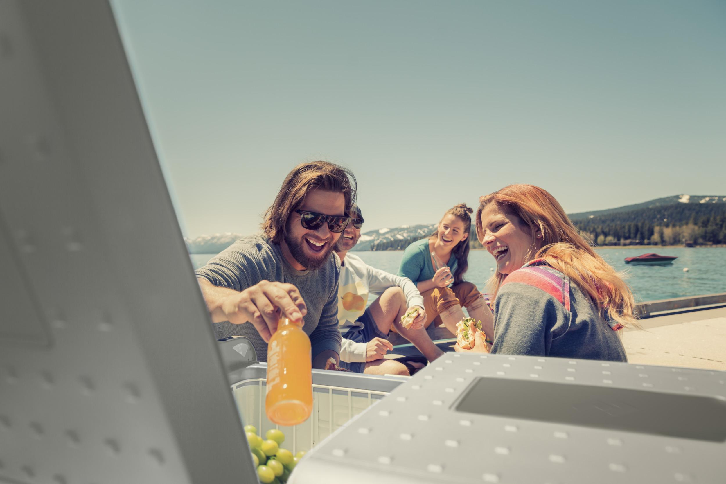 Dometic, zeevaart, camping, mobiele koeling, koelbox, drank, koud, zomer, vrolijk, frisdrank, meer, natuur, berg